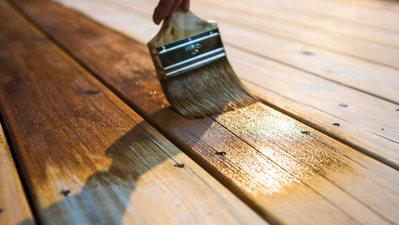 Comment teindre votre terrasse en bois en 4 étapes faciles